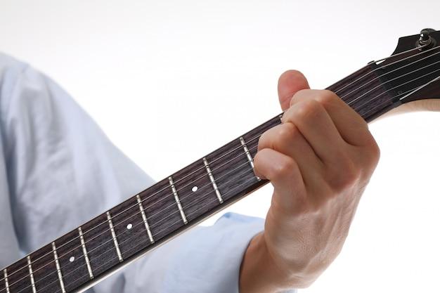Mano tocando la guitarra