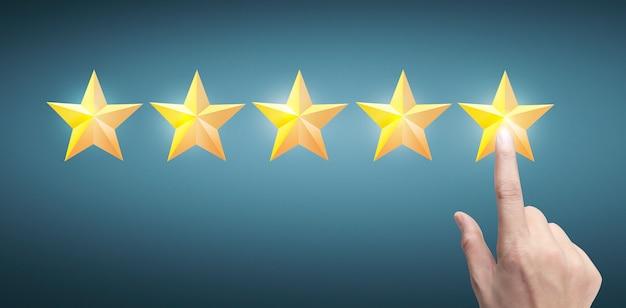 Mano de tocar aumento en cinco estrellas en aumento. aumentar el concepto de clasificación de evaluación de calificación