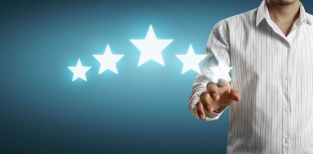 Mano de tocar aumento en cinco estrellas en aumento. incrementar el concepto de evaluación y clasificación de calificaciones