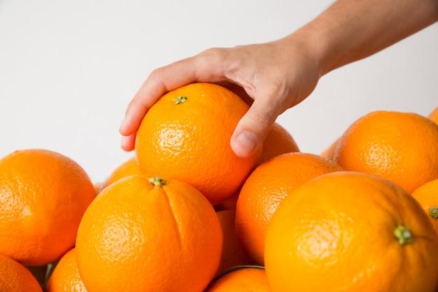 Mano tomando naranja