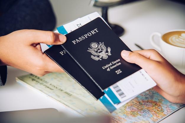 Mano para turista con pasaporte a las autoridades