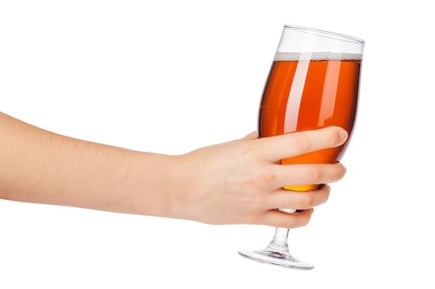 Mano con vaso de cerveza lleno aislado sobre fondo blanco.