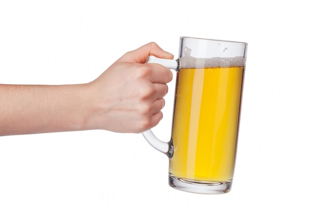 Mano con vaso de cerveza lleno aislado
