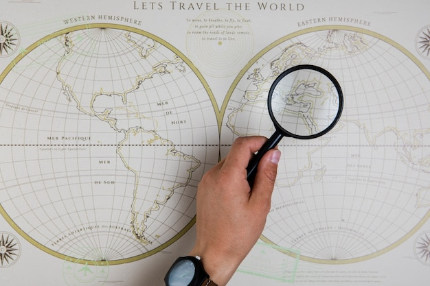 Mano de vista superior con mapa de consultoría de anteojos