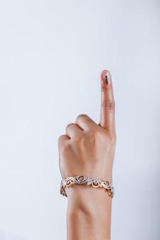 Mano del votante indio con signo de votación