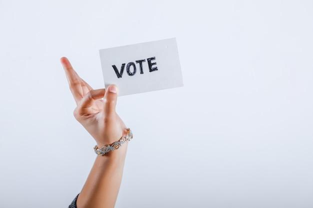 Mano del votante indio con signo de voto después de emitir el voto en las elecciones