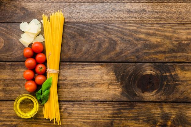 Manojo de espaguetis e ingredientes