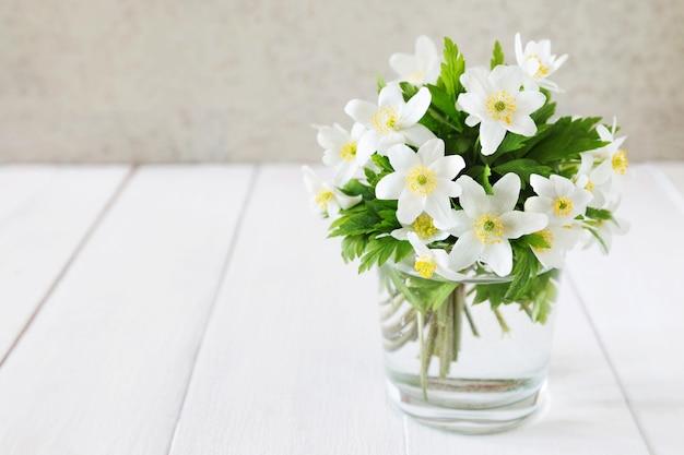 Manojo de flores blancas de primavera en un vaso