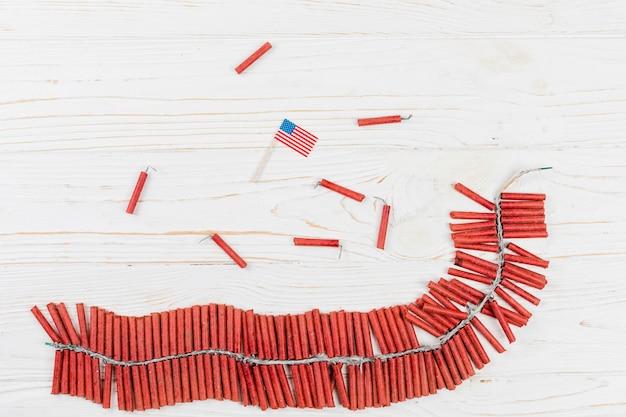 Manojo de fuegos artificiales y bandera de estados unidos.