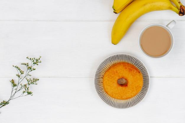 Manojo de plátanos y donut flay lay
