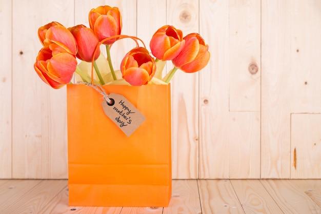 Manojo de rosas en una bolsa y etiqueta para el día de la madre