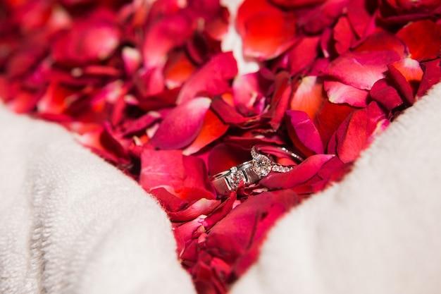 Manojo de rosas rojas hermosas con el anillo de bodas