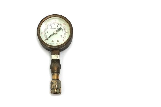 Manómetro viejo y oxidado aislado sobre fondo blanco.