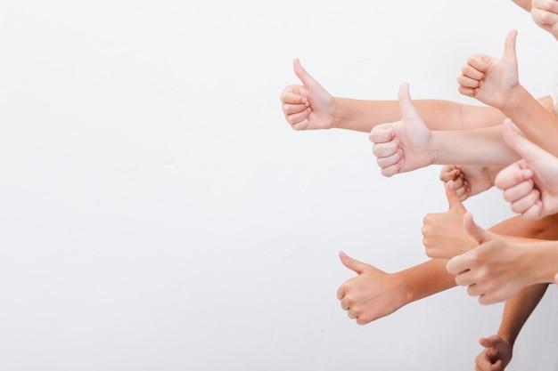 Manos de adolescentes mostrando signo bien