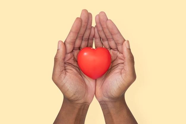 Manos ahuecando el corazón en el concepto de amor y relación