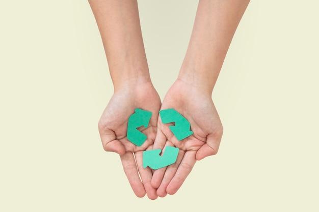 Manos ahuecando reciclar salvar el medio ambiente campaña
