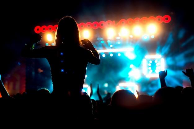 Las manos en el aire levantaron los brazos de la multitud.