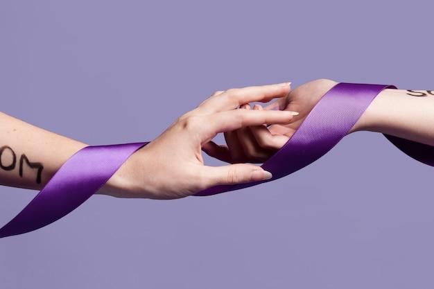 Manos alcanzando el uno al otro cubiertos con cinta
