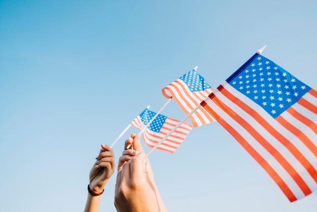 Manos con banderas americanas