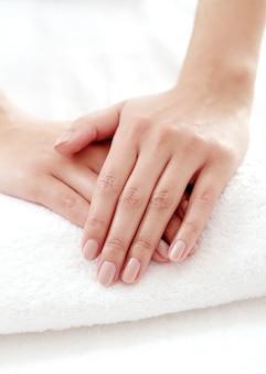 Manos con bonitas uñas. concepto de manicura y aseo de uñas