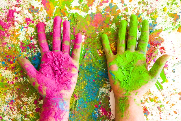 Manos en colores rosa y verde sobre colores brillantes y secos.