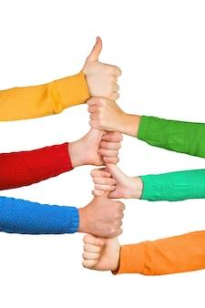 Manos coloridas sosteniendo los pulgares hacia arriba juntos aislado sobre un fondo blanco.