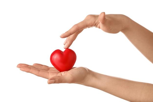 Manos con corazón rojo sobre blanco