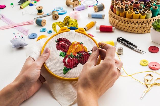 Manos cosiendo una linda vista de diseño de fruta alta