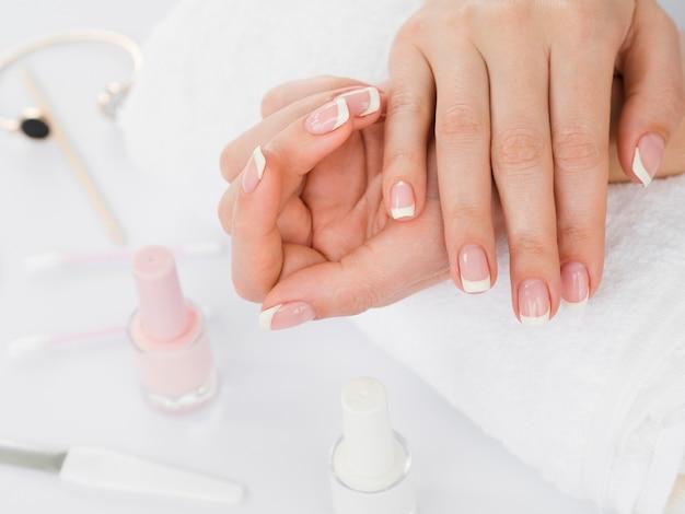 Manos cuidadas y esmalte de uñas.