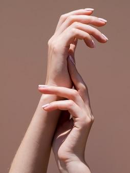 Manos delicadas de mujer en el centro de atención.