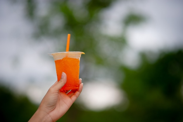 Manos y delicioso jugo de naranja. para beber alimentos saludables, tomar ideas.