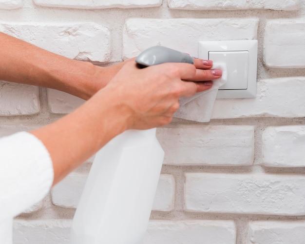 Manos desinfectante interruptor de luz