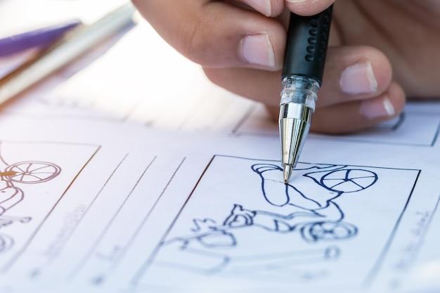Manos dibujando cómic de animación de guión gráfico para el proceso de preproducción