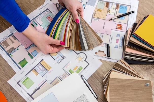 Manos del diseñador con muestra de color, vista superior