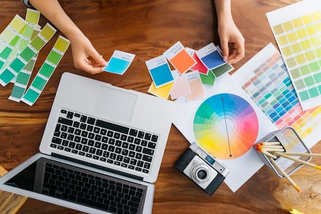 Manos de diseñadora gráfica trabajando en escritorio
