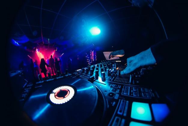 Manos del dj en el mezclador