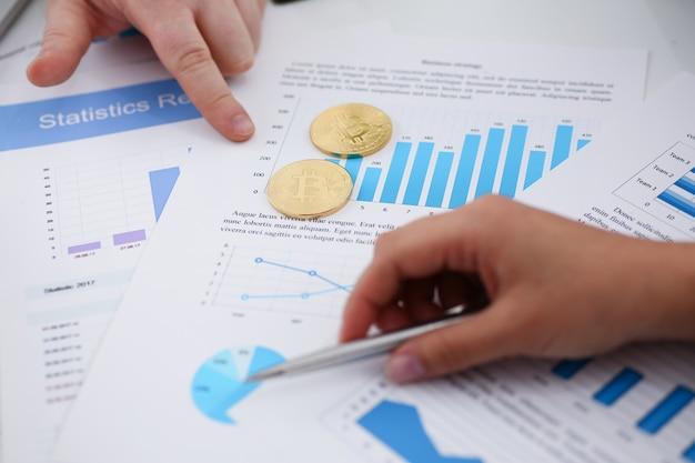 Manos en documentos financieros
