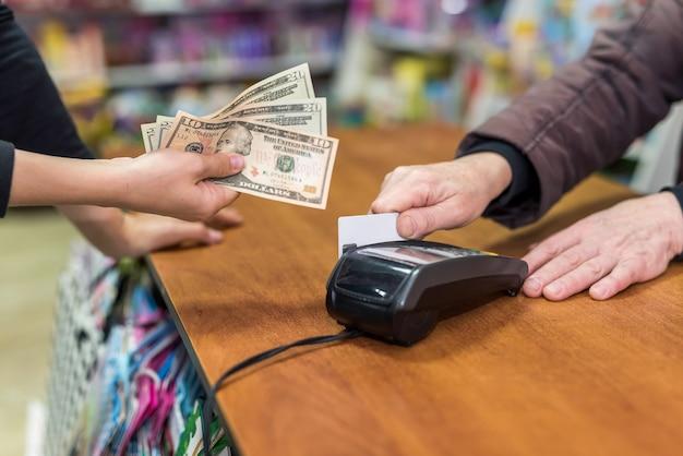 Manos, dólar y tarjeta de crédito. concepto de pago
