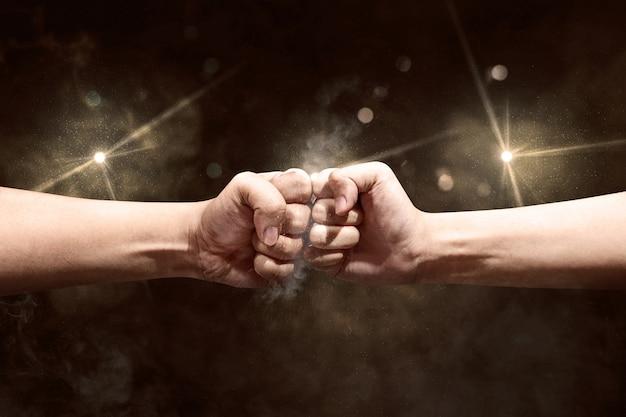 Las manos de dos hombres golpearon sus puños