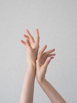 Manos elegantes y elegantes con dedos finos y elegantes.