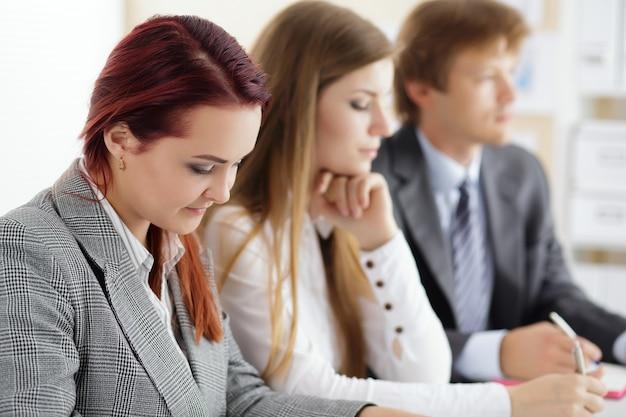 Manos de estudiantes o empresarios escribiendo algo durante la conferencia
