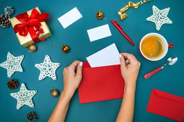 Las manos famale con adornos navideños.