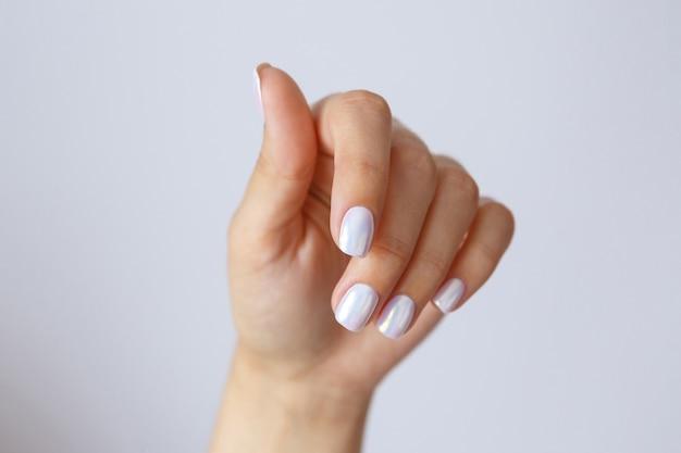 Manos femeninas bien arregladas y manicura. cuidado e hidratación de manos. concepto de salud y belleza