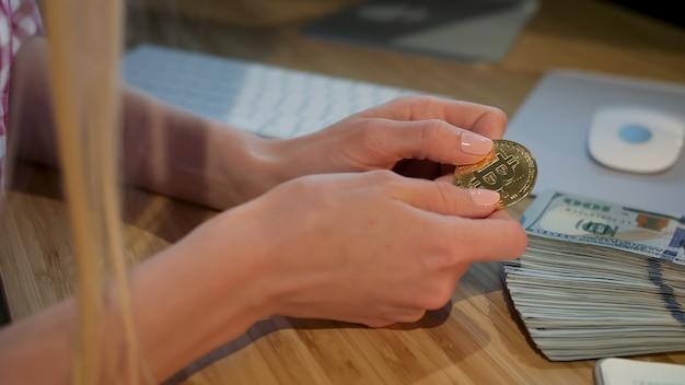 Manos femeninas con bitcoin