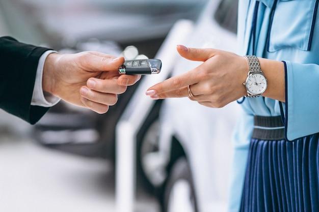 Las manos femeninas se cierran para arriba con llaves del coche