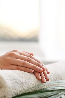 Manos femeninas. concepto de manicura