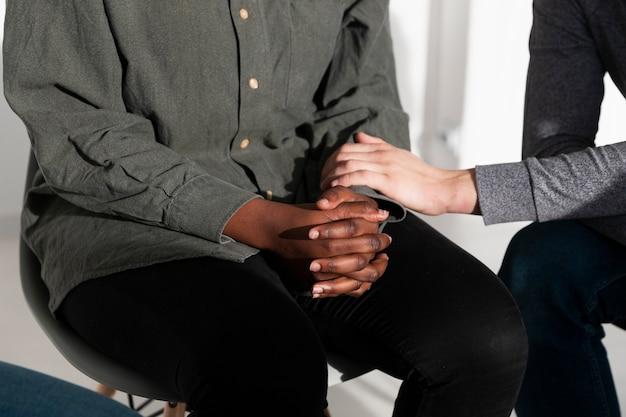 Manos femeninas consolando a un amigo