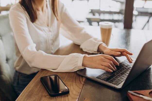 Manos femeninas escribiendo en la computadora de cerca