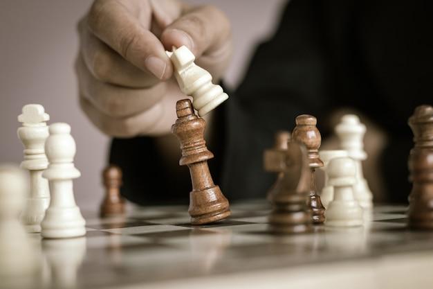 Manos femeninas jugando el tablero de ajedrez