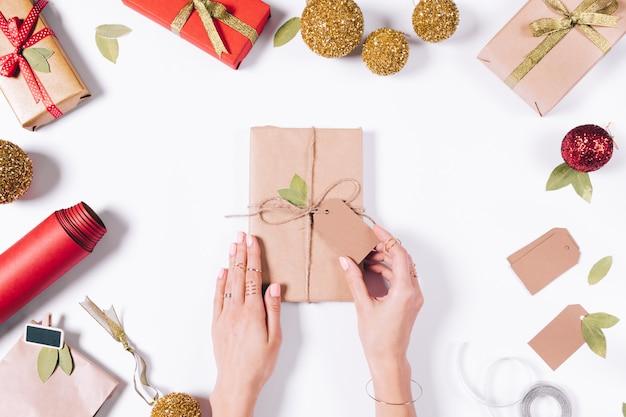 Manos femeninas libro lleno de papel de regalo